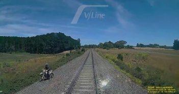 Krossisõitja takerdub raudteerööbastel, proovis oma ratta päästa, kuid pidi viimasel hetkel eest ära hüppama, et oma elu päästa