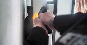 Kehakaamera vaade – politseinik tulistab madratsi taha peitnud relvastamata kahtlusalust