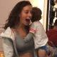 Piinlik: Modell Tillie Medland ei tee midagi, kui väikelaps teda käperdab