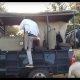 Lõvi hüppab safari ajal safariautosse