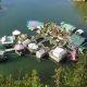 """Paarike kolib """"levist välja"""", ehitab oma ujuva saare kaugele linnamelust"""