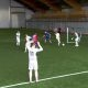 Ülinaljakas – jalgpallurid mängivad palli spets-prillidega mis näitavad pilti väljaku kohalt