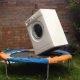 Internet ongi selle jaoks loodud: telliskivi pesumasinas, mis on batuudi peal