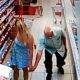 Pervertne vanamees, kes teeb naiste seelikualustest pilte, jääb valvekaamera lindile