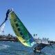 Baywatch on ajalugu – vaata kuidas tüüp päästab jetboardiga külili läinud katamaraani