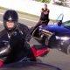 Mootorrattur põgeneb politsei eest, sõidab vastassuunas, kõnniteel ja kruusal