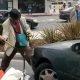 Vahepeal McDonaldsi drive in-is, vanamees lööb naisel auto tule puruks