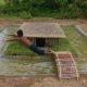 Primitiivne tehnoloogia: kaks hindut ehitavad maa-aluse maja ümber basseini