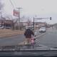 Mida helli? Laps kukub sõidu ajal turvatooliga autost välja