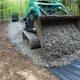Mees ehitab metsa vahele uue sissesõidutee