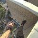 Kõrge kortermaja katusel parkuurija komistab ja kukub üle ääre, haarab kukkudes kinni elektrijuhtmetest
